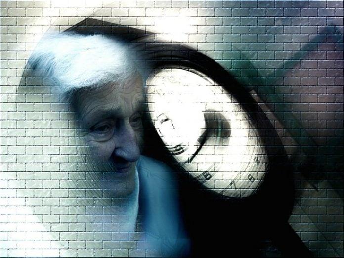 Yasli_Kadin_Zaman_Alzheimer